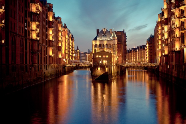 Night falls at the warehouse district Speicherstadt | © Sascha Neuroth