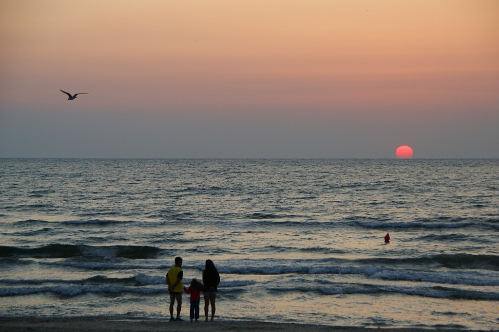 Tourists watching the sunrise in Mamaia © Alexandru Panoiu /Flickr
