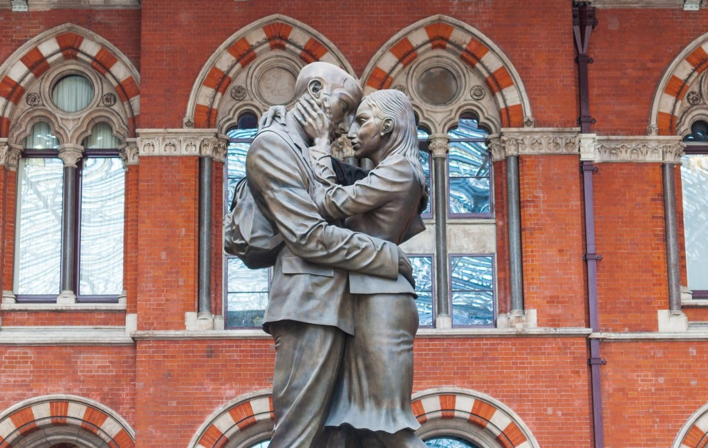 The kissing statue at St Pancras