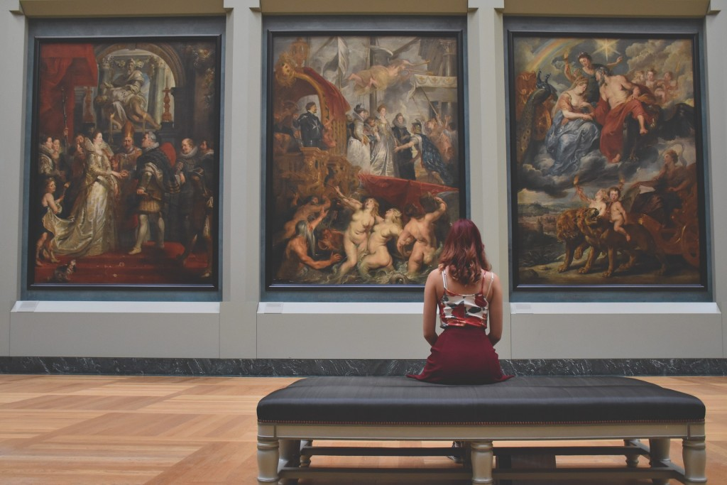 Young woman in the Louvre │© Pexels / Pixabay