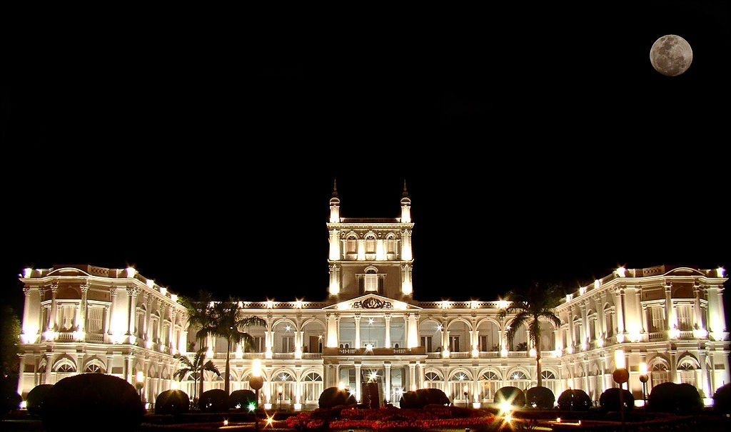 Palacio de los López at night © Marco Bogarín / Wikimedia Commons
