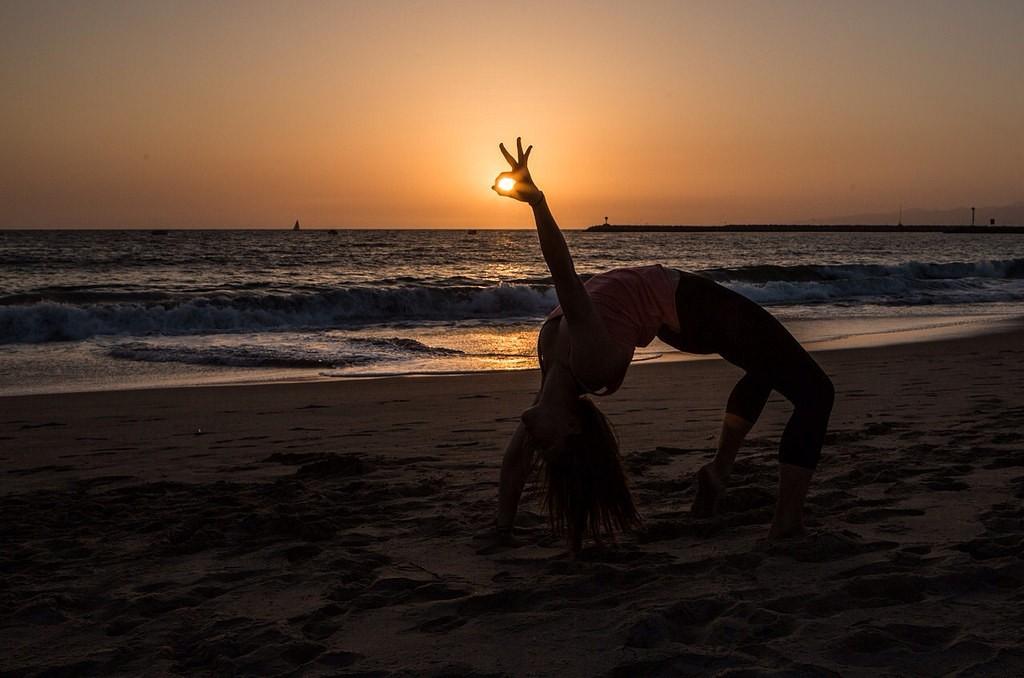 Sunset yoga | © living / Flickr