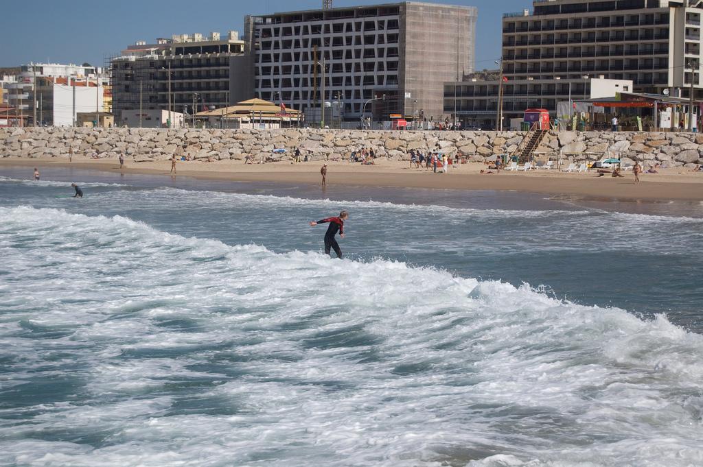 Surfing at Costa da Caparica © Andrew Fecheyr / Flickr