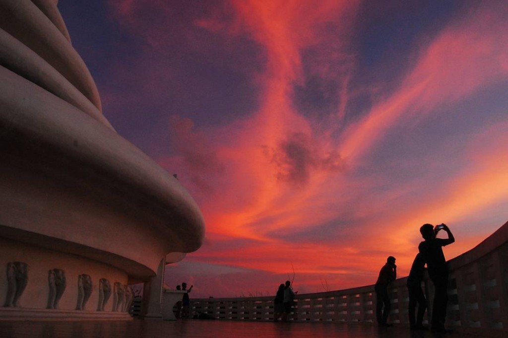 Beautiful sunsets from the pagoda. |©Avindi Perera