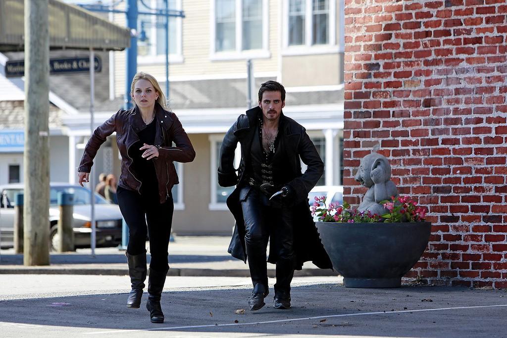 Hook and Emma running through Storybrooke | © Disney ABC Television Group / Flickr