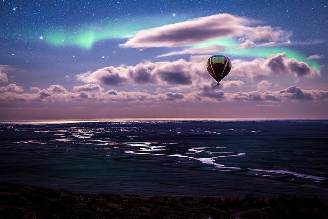 Viewing the northern lights from a hot air balloon / Flickr