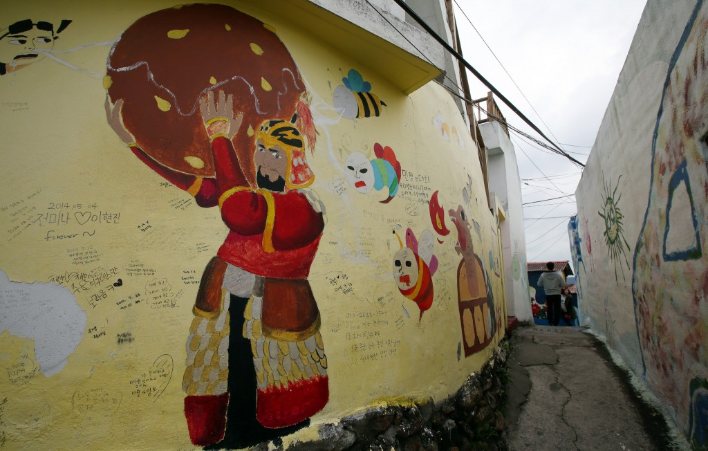 Thanks to the participants' paintings, Tongyeong's Dongpirang Village became a new place, revitalized by the art | © KoreaNet / Flickr