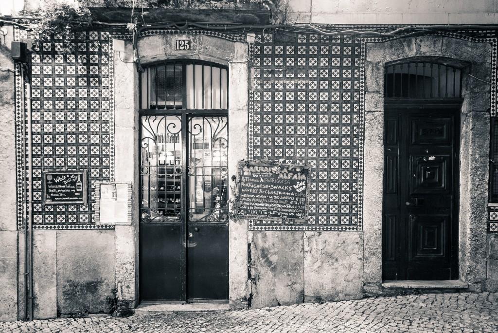 Black and white photo of Garrafeira Alfaia © Paulo Valdivieso / Flickr