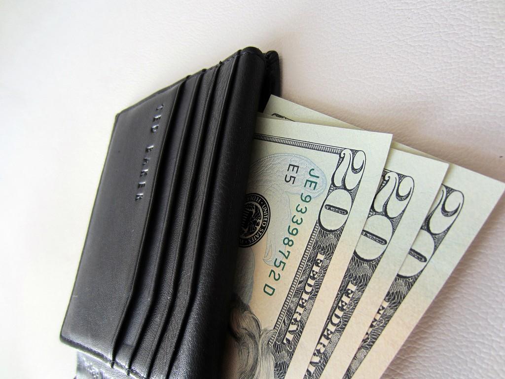 20 dollars bills in a wallet | © 401(K) 2012/ Flickr