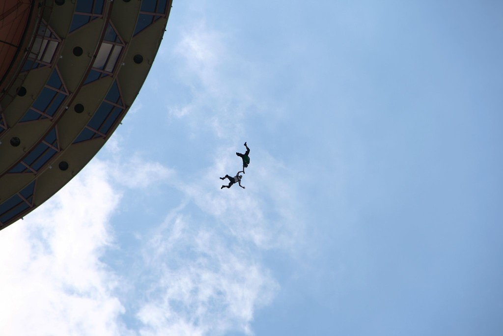 Base Jumpers—KL Tower | © Andrew Lawson / Flickr
