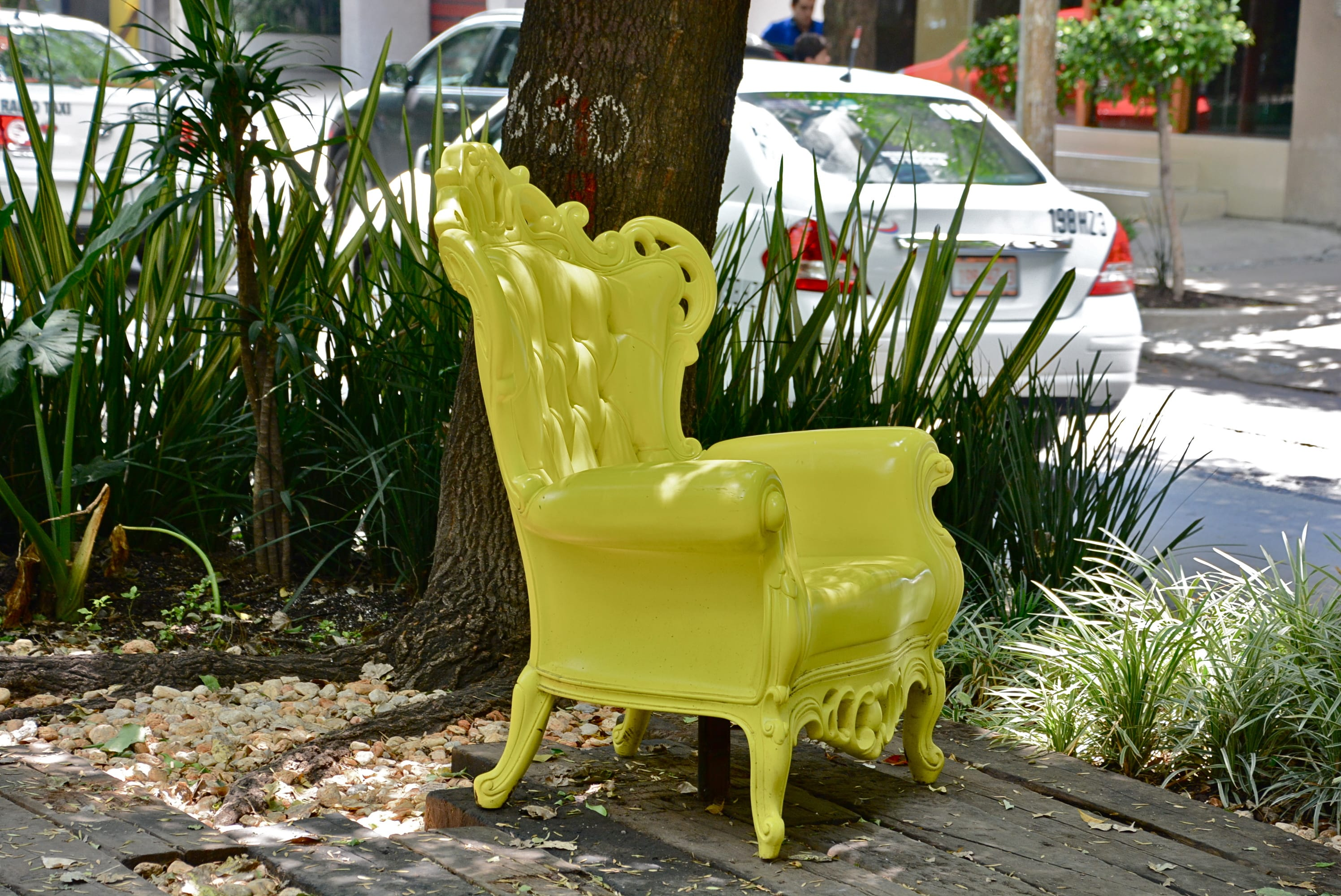 Unexplained yellow chair | © Alejandro/Flickr