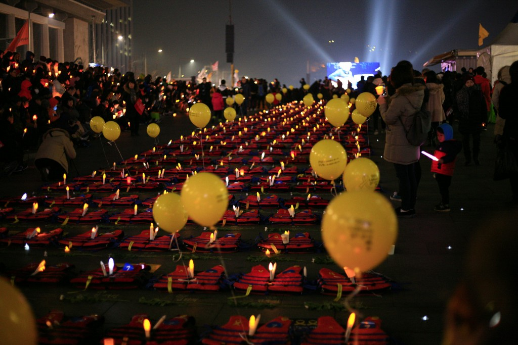 Candlelight vigils for the victims of the Sewol ferry disaster continue in 2017 | © Doyun Kwon / Flickr