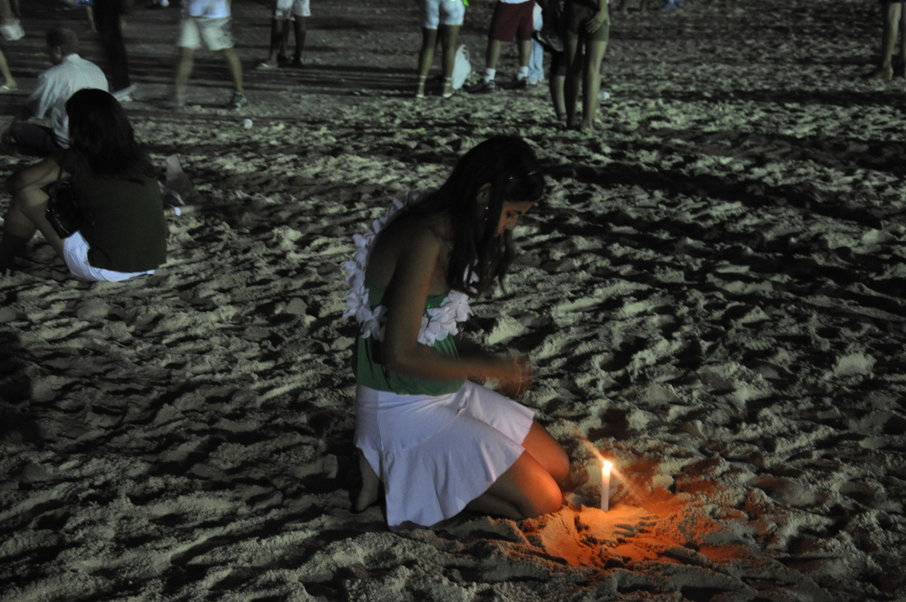 Offerings at the beach on New Year's Eve |© Mike Vondran/Flickr