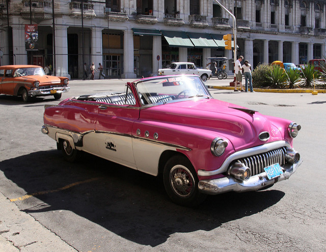 Buick '52 parked outside the Parque Central Hotel | © Tony Hisgett/Flickr