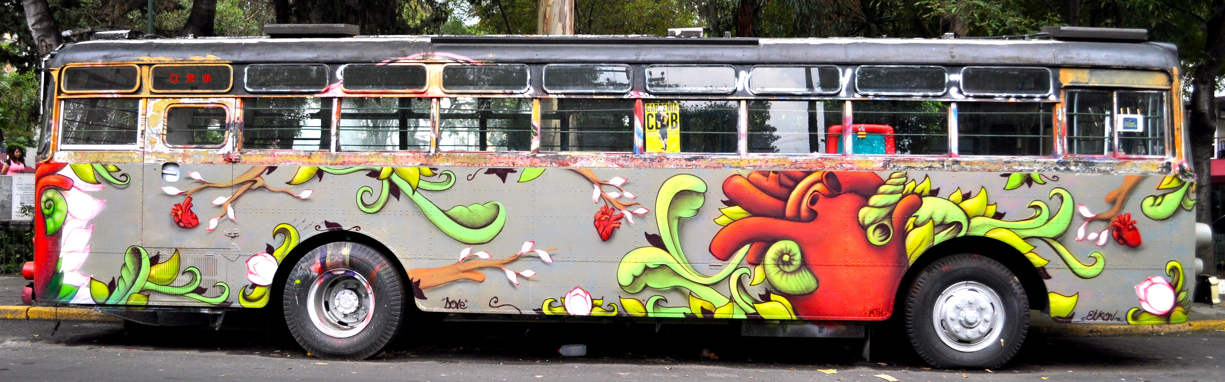Painted bus in Roma | © katiebordner/Flickr