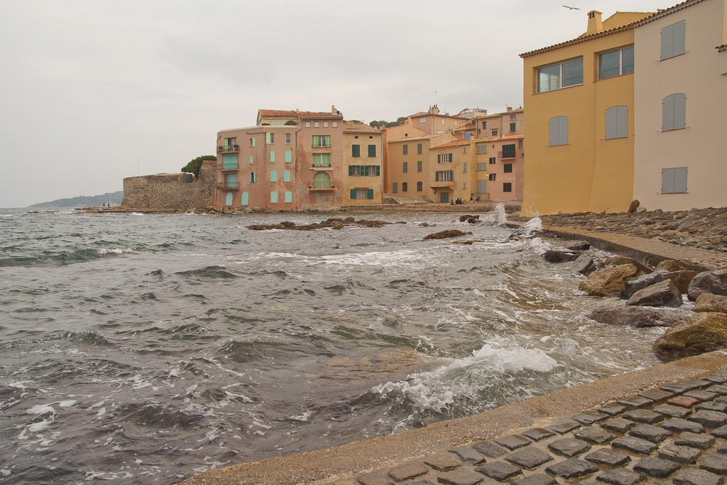 St Tropez is well-known for its pastel-coloured housing | © Luca Nebuloni/Flickr