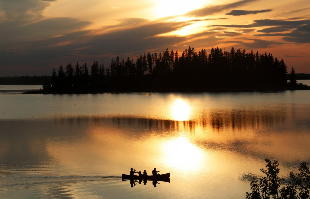 Sunsets on Astotin Lake | © Leigh McAdam / Flickr