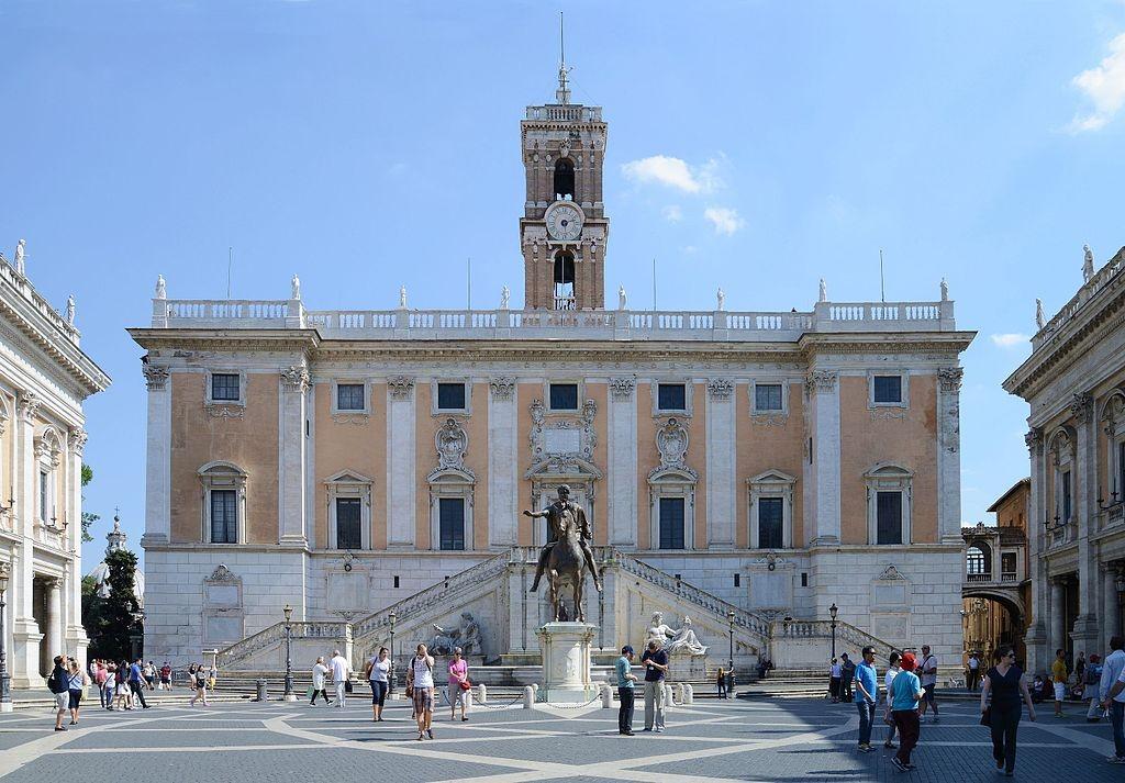 Piazza del Campidoglio | © wikicommons/Alvesgaspar https://commons.wikimedia.org/wiki/File:Campidoglio_(Palacio_Senatorio)_September_2015-1.jpg