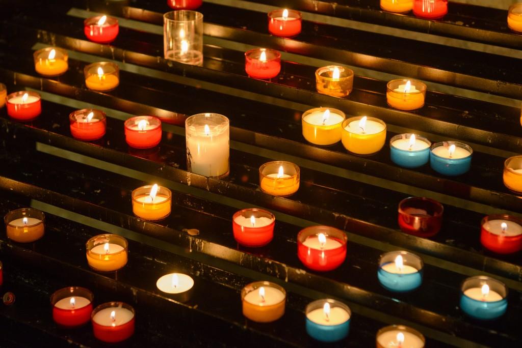 Candles at Saint-Pierre de Montmartre │© Son of Groucho / Flickr