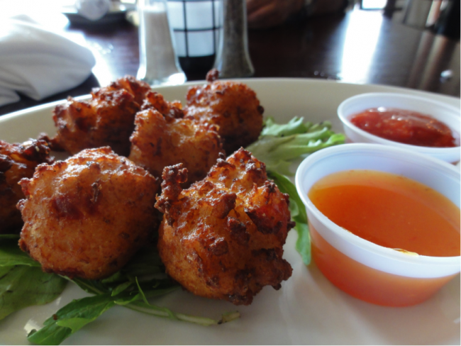 Conch Fritters served with dipping sauce|© inazakira / flickr