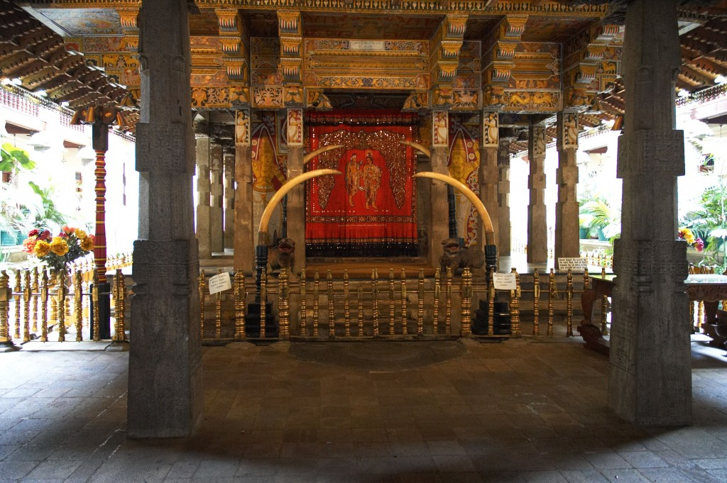 The ancient 'Vada Sitina Maligawa' or the real chamber where the sacred Tooth Relic had been kept with utmost honor, in front of the Hewisi Mandapaya. |© wiki.commons