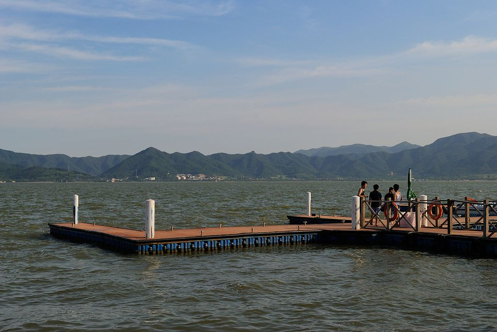 Dongqian Lake | Courtesy of Wikimedia Commons