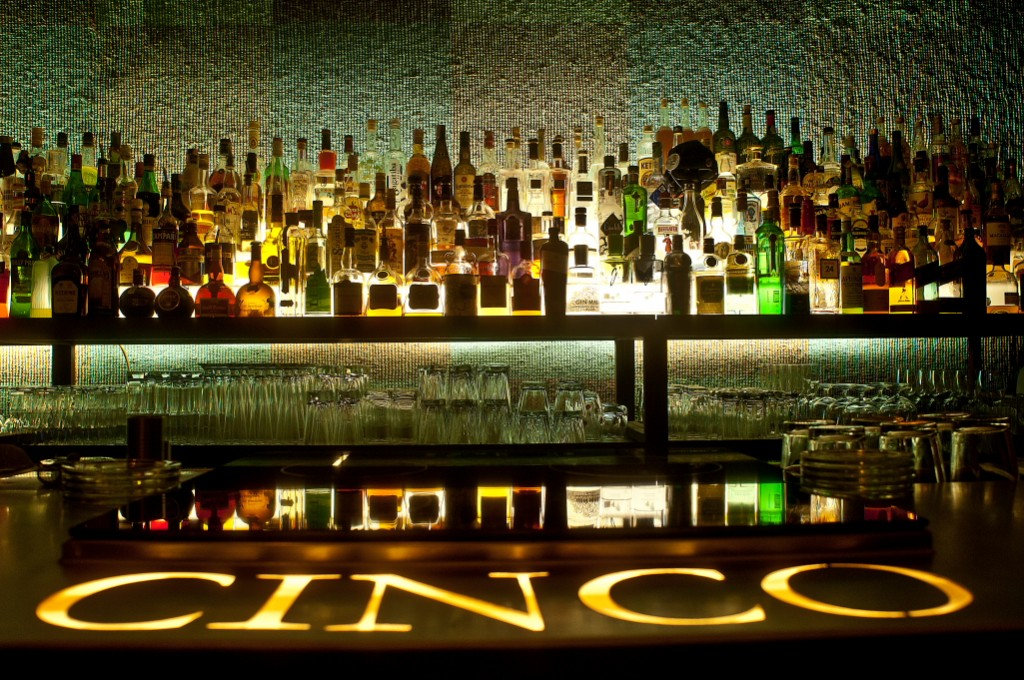 The bar © CINCO Lounge