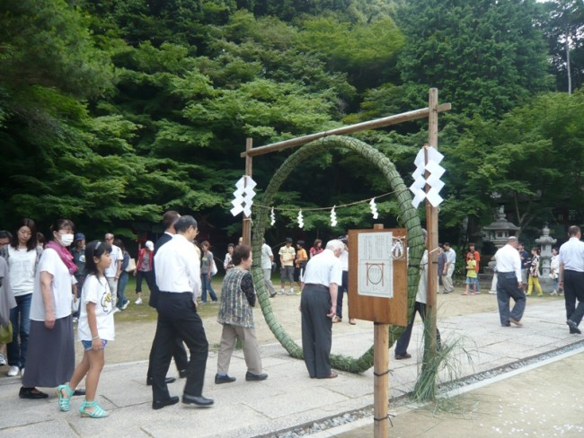 Kyotoites taking part in the ritual at Oharano-Jinja Shrine