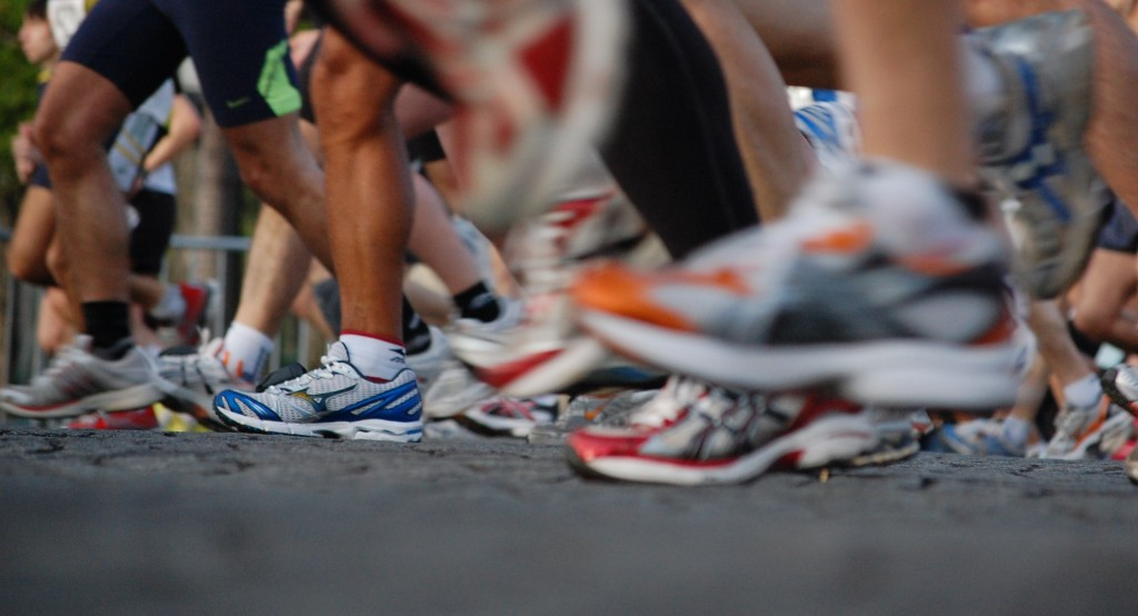 Paris marathon runners' feet │© Josiah Mackenzie / Wikimedia Commons