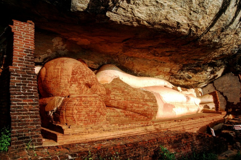 The reclining Buddha statue at the Pidurangala Cave Temple. | © Avindi Perera