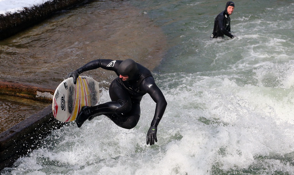 Surfing at Eisbachwelle | © Martin Falbisoner / Wikimedia Commons