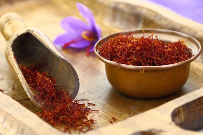 Dried saffron spice and Saffron flower | © Gts/Shutterstock
