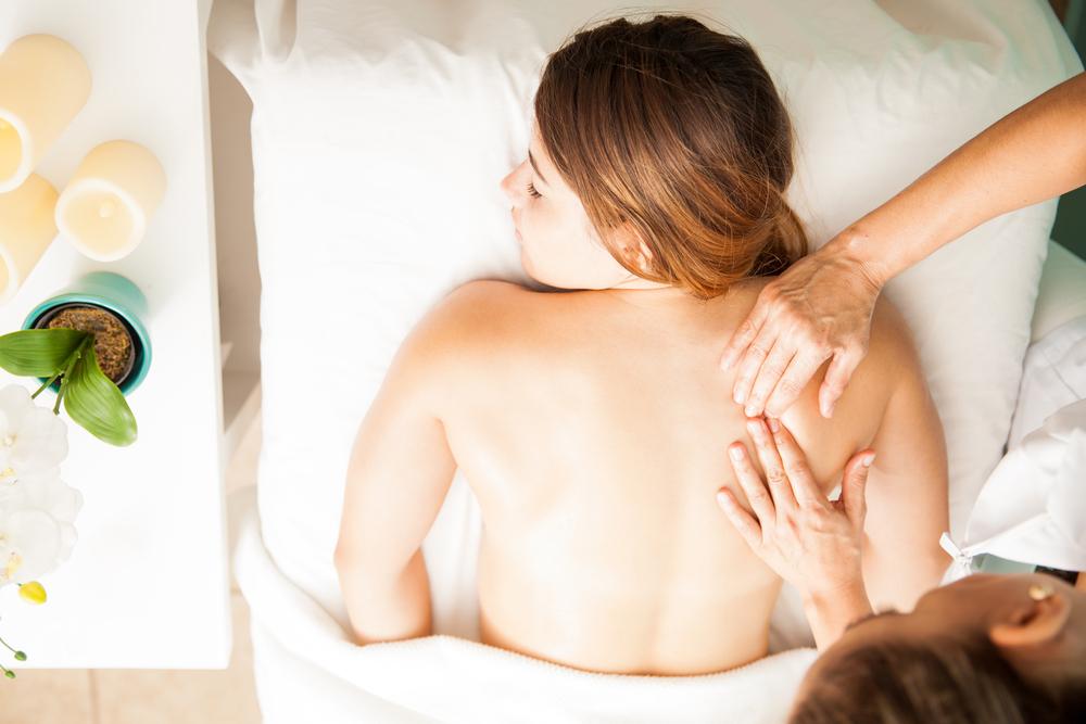 Lomi Lomi Massage | © antoniodiaz / Shutterstock