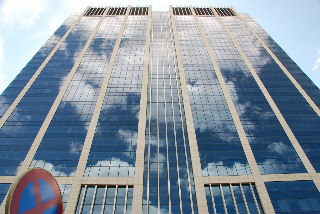 A cloudy finance tower | © Stephane Mignon / Flickr