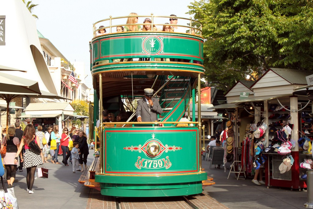 A trolley at The Grove|©Prayitno/Flickr