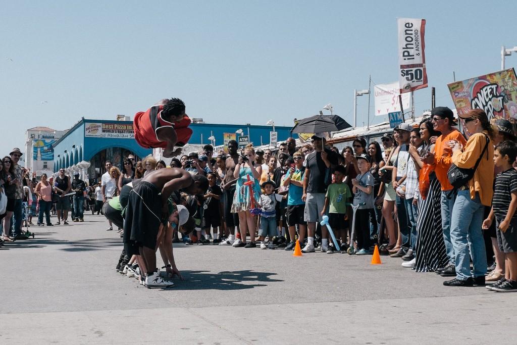 Performers on Venice Boardwalk|©Michael Saechang/Flickr