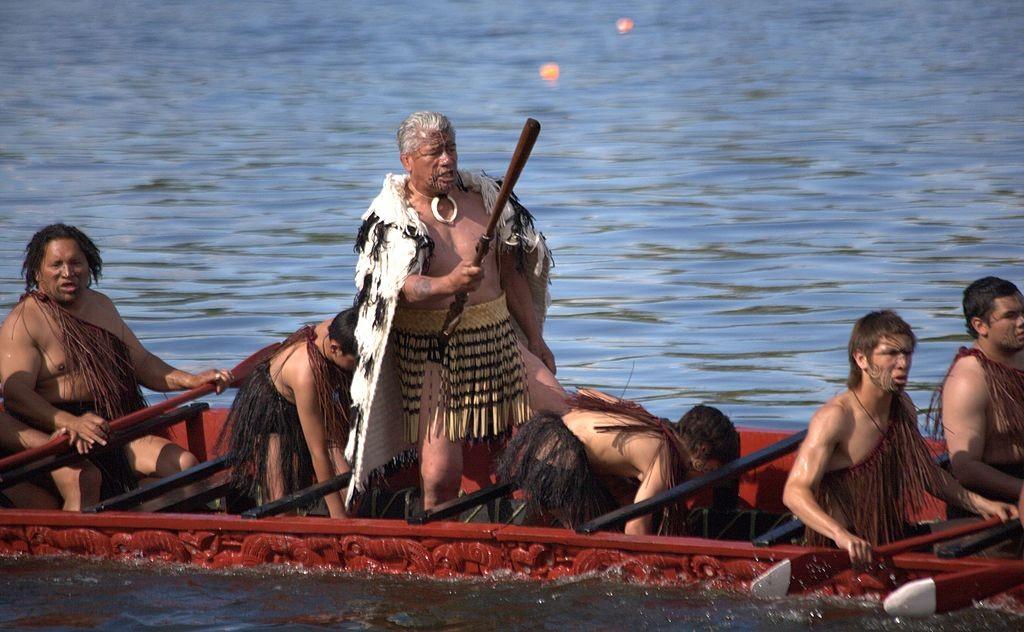 Maori men rowing a traditional waka (canoe) | © Joanne_H/Wikimedia Commons