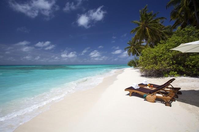 A tropical white sand beach| © skeeze/pixabay