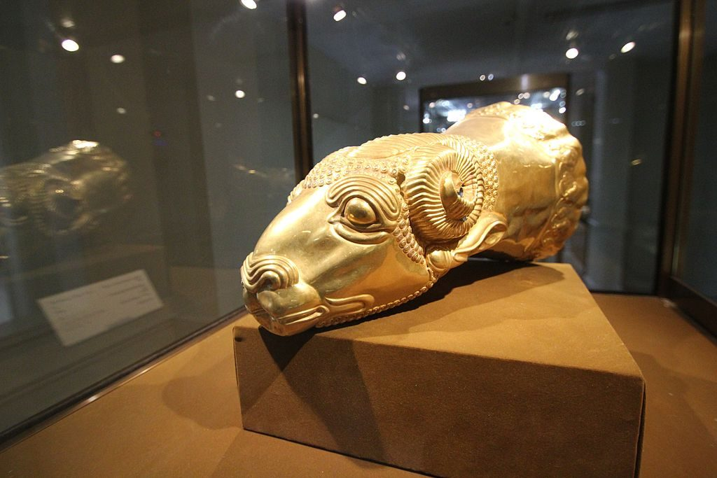 Gold ram's head in Reza Abbasi Museum | © reibai / Wikimedia Commons