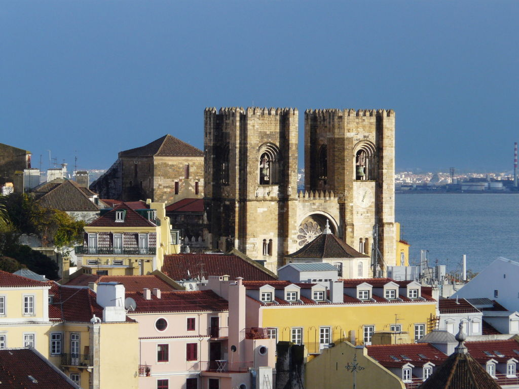 Sé Cathedral from a distance © Andrea Prave / Wikimedia Commons