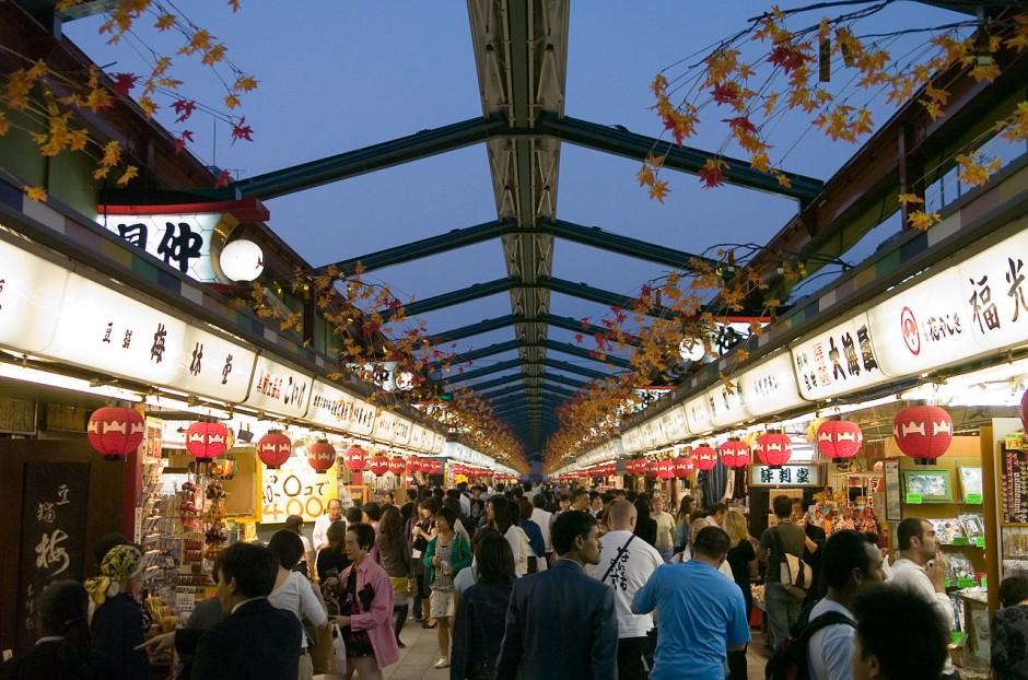 Nakamise-dori in Asakusa, Tokyo | © Dieter Karner/Flickr