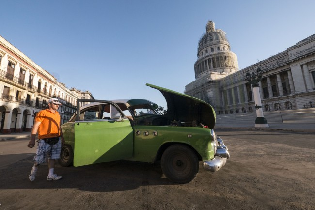 Man repairing his maquina in Havana, Cuba | © Bryan Ledgard / Flickr