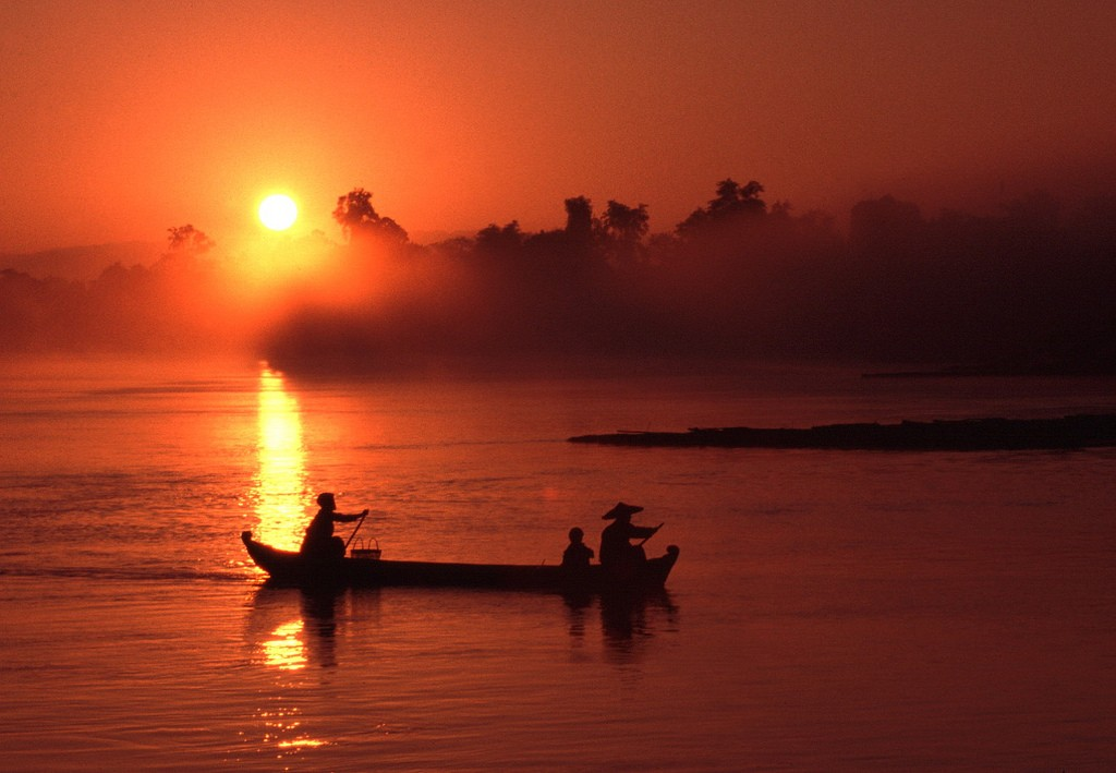 Sunset boat ride on the Irrawaddy River | ©  Roderick Elme/Flickr