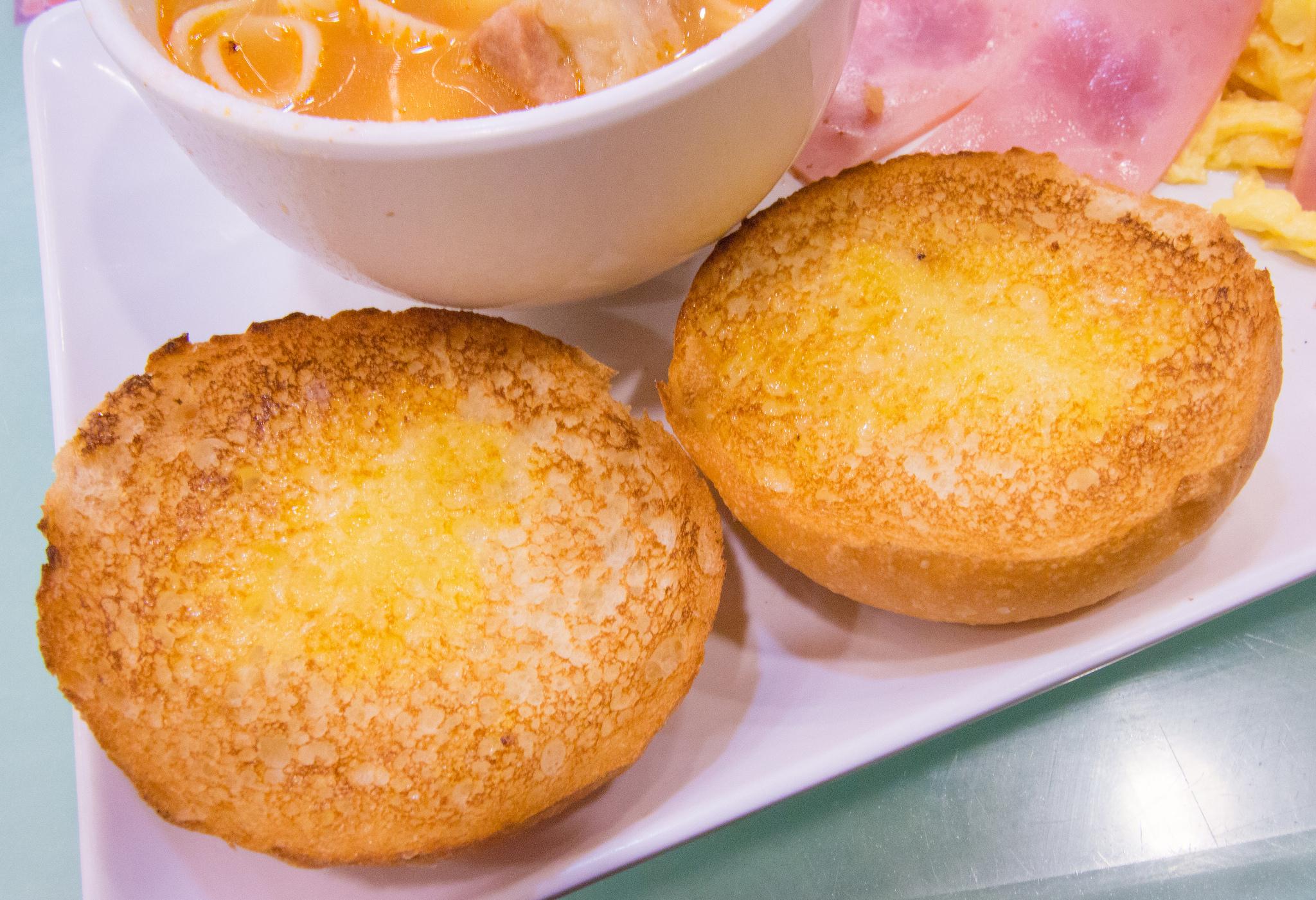 Crispy condensed milk buns | ©sstrieu/Flickr