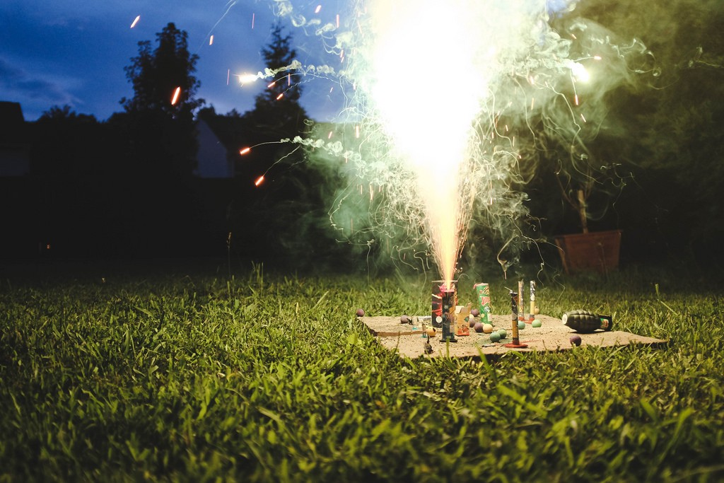Backyard fireworks | © Scott Akerman / Flickr
