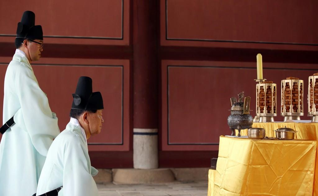 Ancestral rites at Jangneung Joseon Royal Tomb | © Korea Net / Flickr