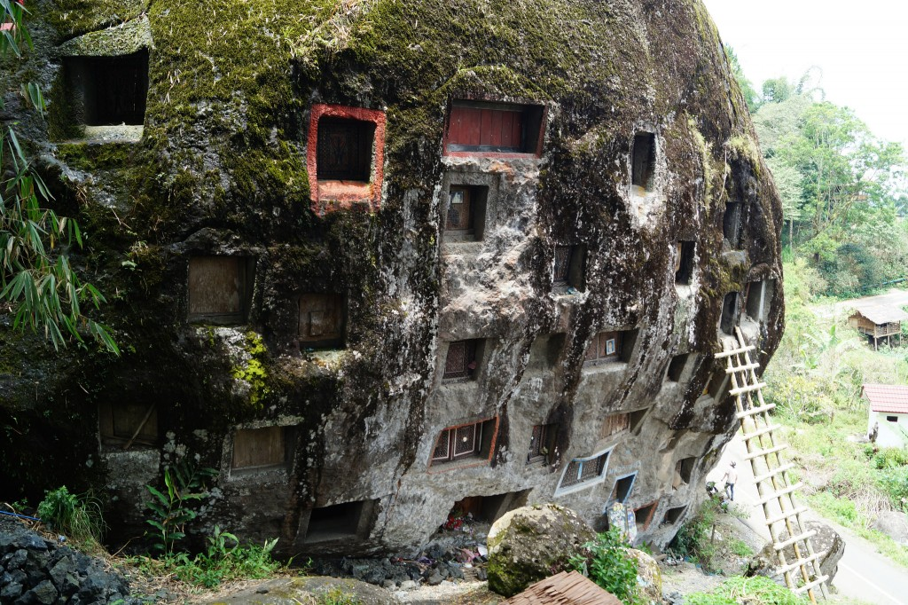 Rock graves in Tana Toraja| © Niek van Son / Flickr