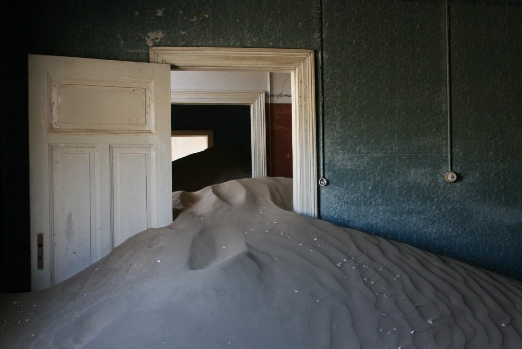 Sands reclaim the homes in XX   © Michiel Van Balen / Flickr