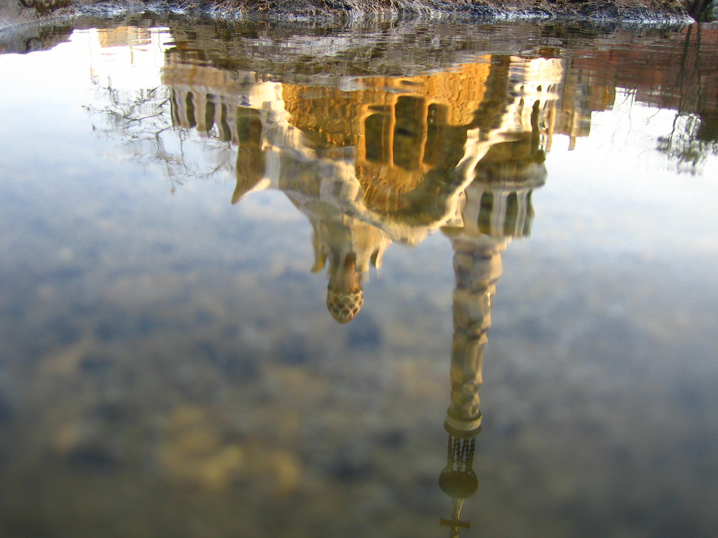 Reflection of the Park Güell © macle