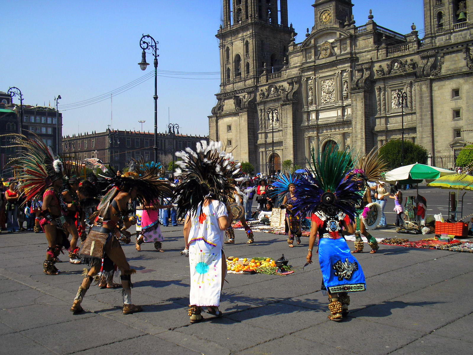 Dancers outside the cathedral | © Gustavo M/Flickr